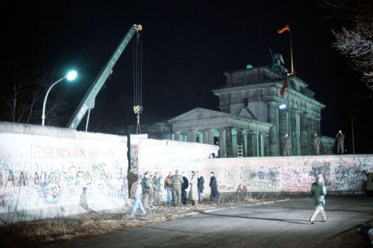 800px-Crane_removed_part_of_Wall_Brandenburg_Gate